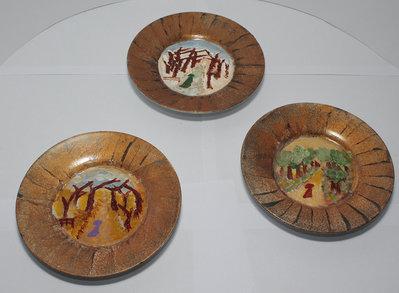 Set di tre piattini con paesaggi dipinti