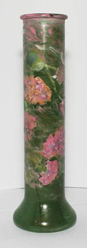 Grande vaso con ortensie rosa, sfondo verde