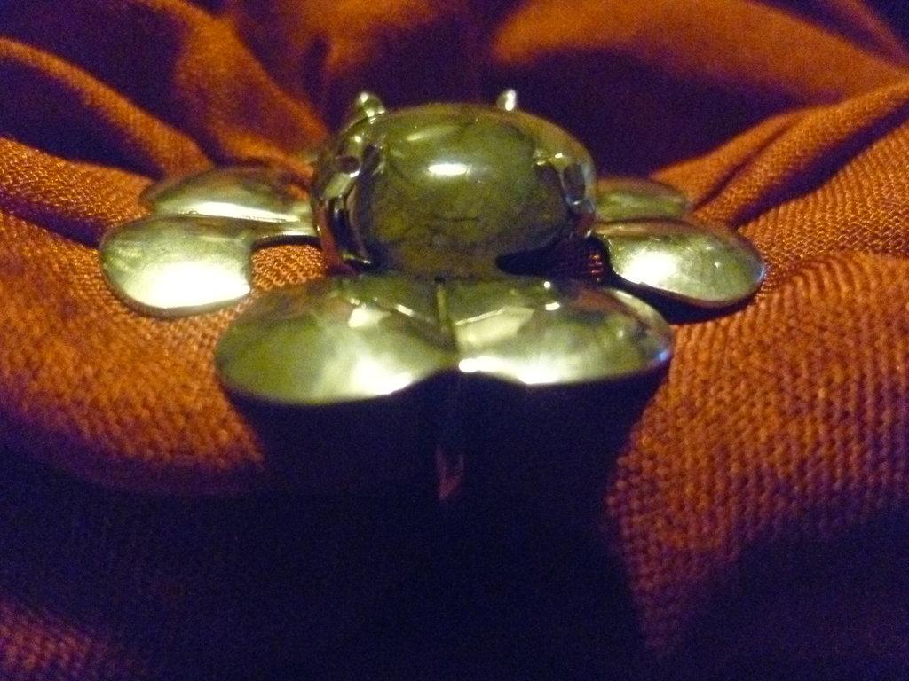 Anello con labradonite a forma di fiore