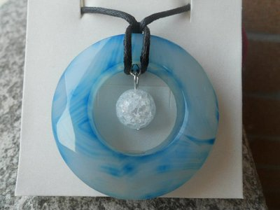 Collana con donut azzurro e cristallo di rocca