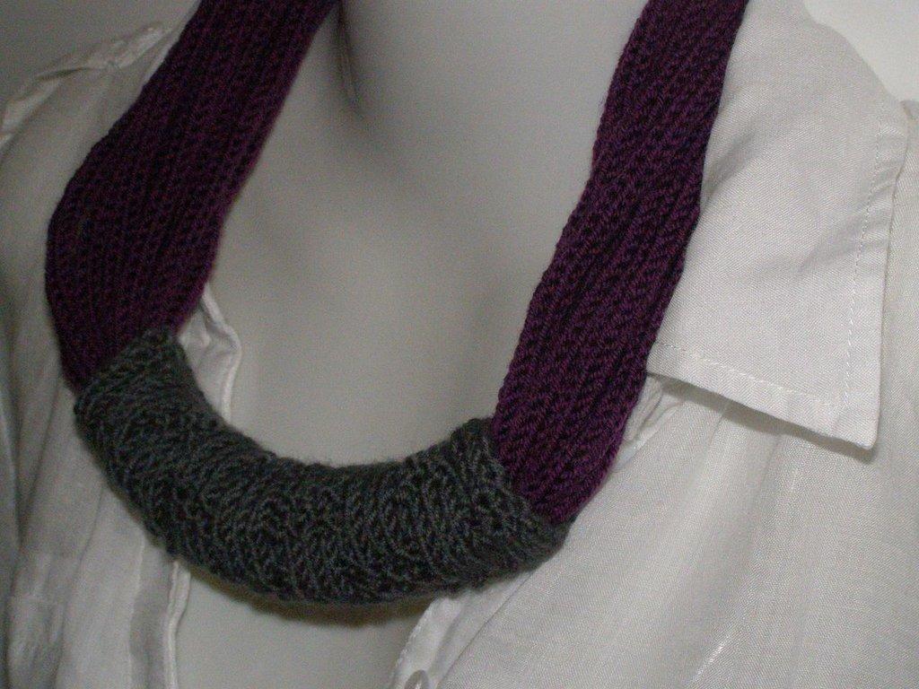 Collana in lana viola con passante grigio