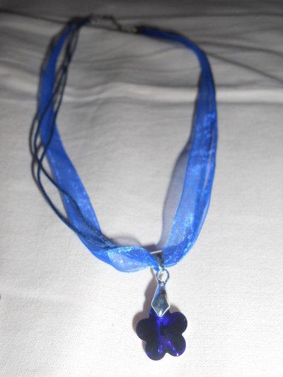 Collana con fiore blu