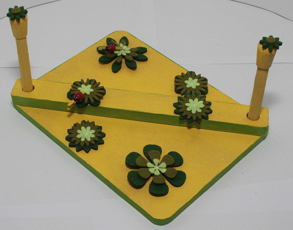 Portatovaglioli con margherite verdi di feltro e coccinelle , con sfondo giallo