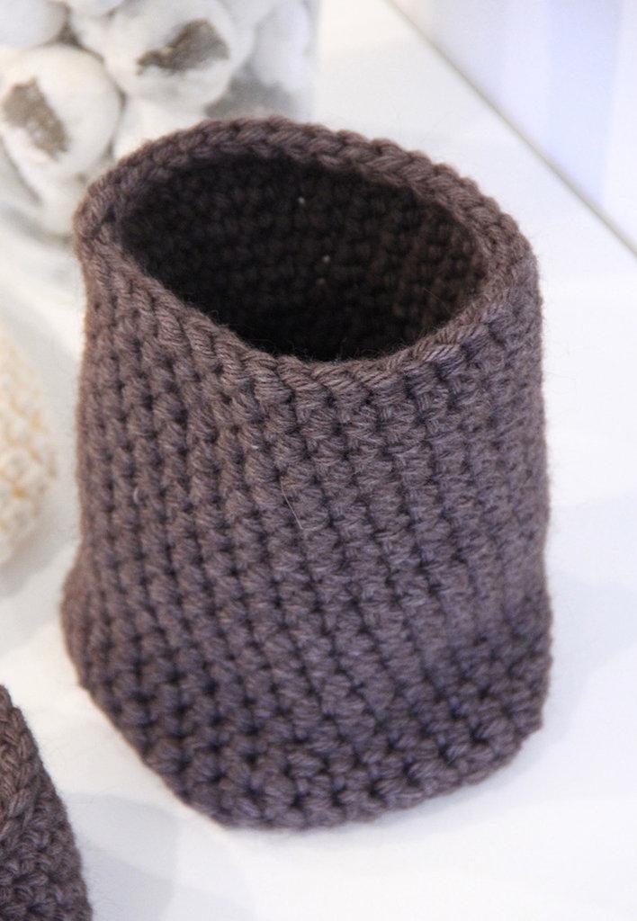 Vaso in lana lavorato all'uncinetto