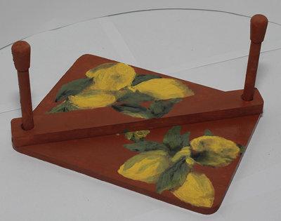 Portatovaglioli con limoni gialli e sfondo marrone