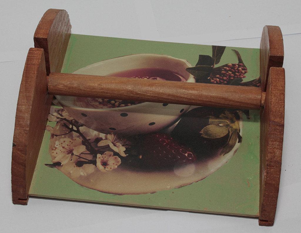 Portatovaglioli in legno con tisana e sfondo verde e marrone