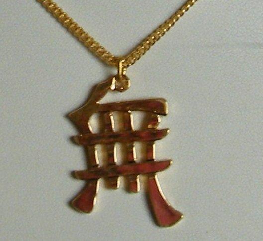 collana collanina con catena dorata e ciondolo in metallo