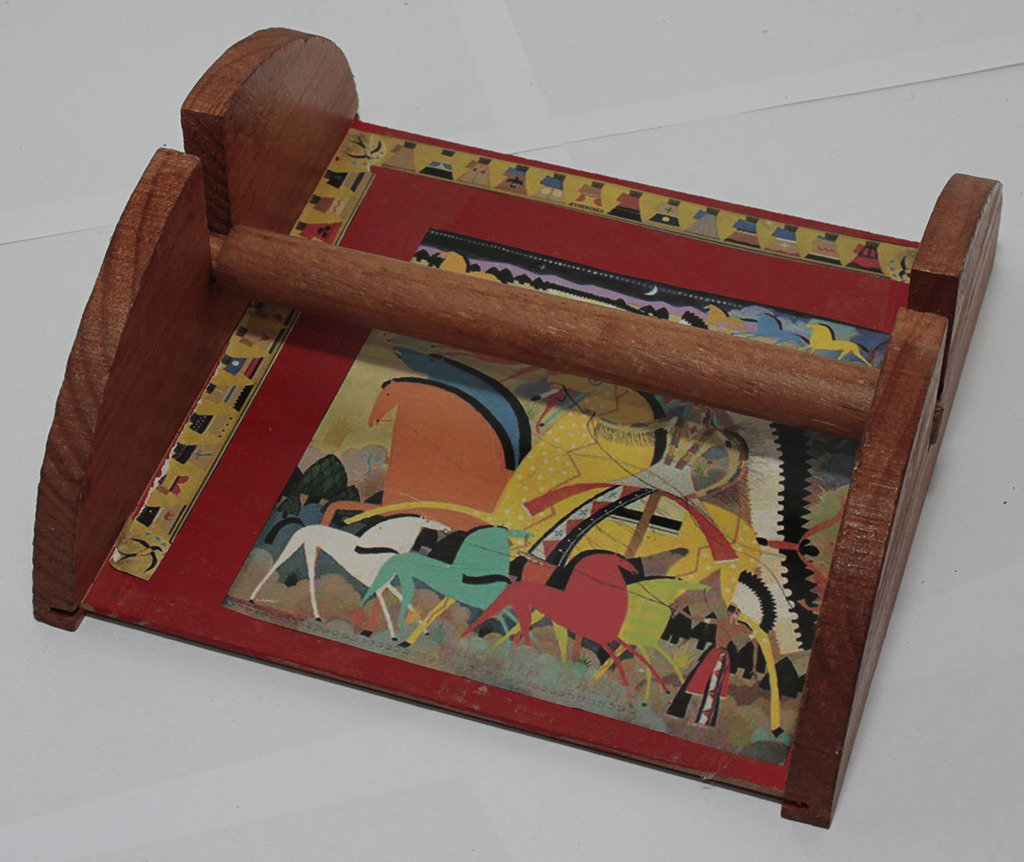 Portatovaglioli in legno con cavalli e indiani stilizzati,  sfondo arancio e marrone