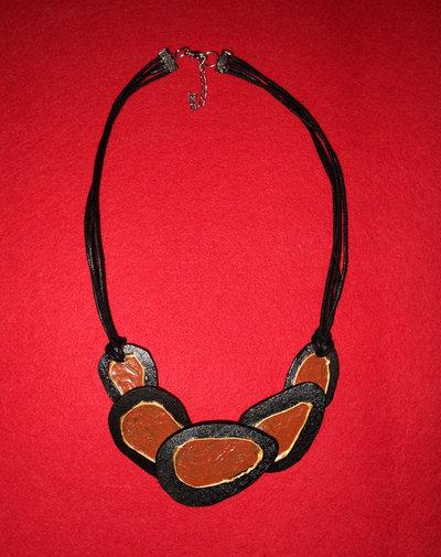 collana in legno con la corda in stoffa