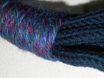 Collana in lana blu e filato multicolore