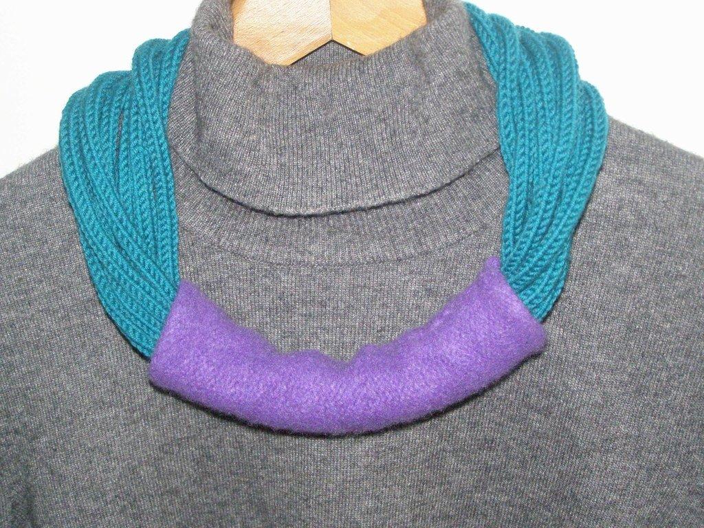 Collana in lana verde pavone e viola