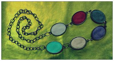 Collana con medaglioni colorati