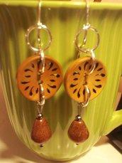orecchini in legno con bottone