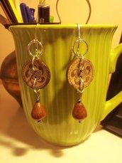 orecchini in legno con bottone in legno di cocco