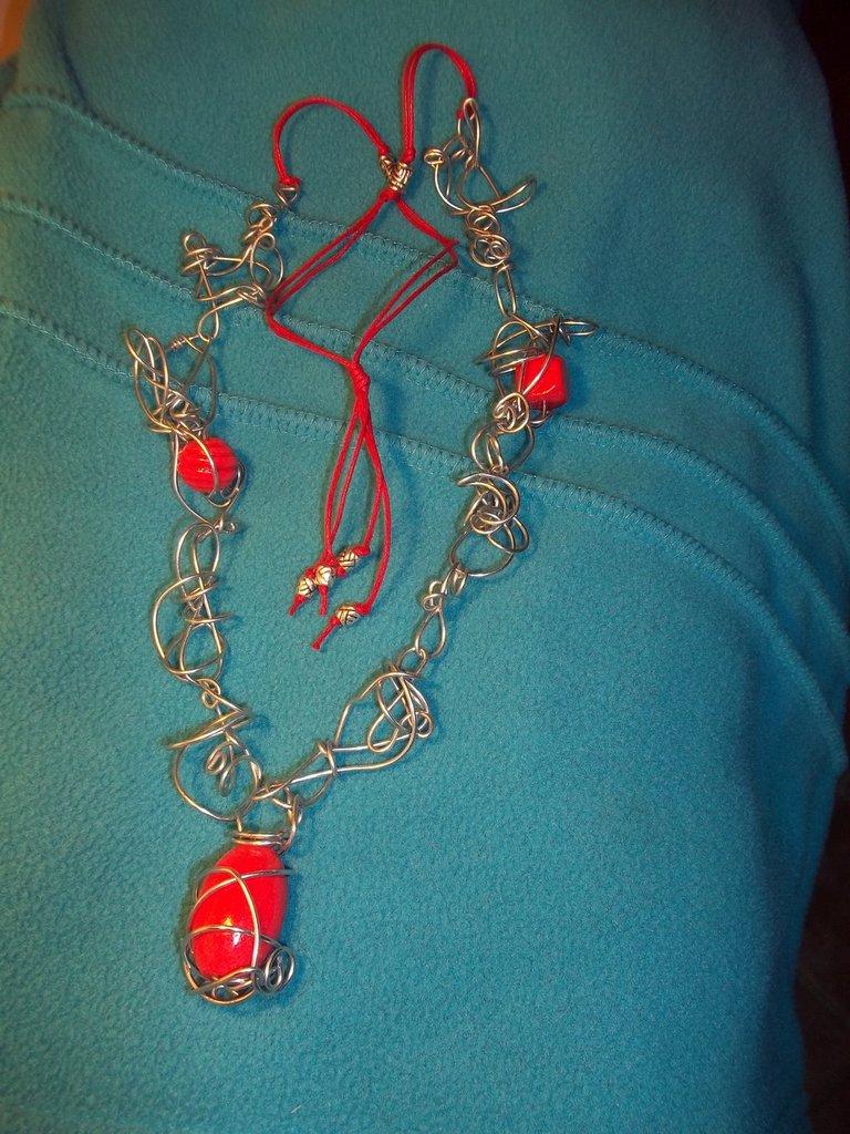collana in fil di ferro e legno rosso