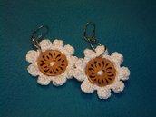 orecchini fiore bianco con bottone di legno