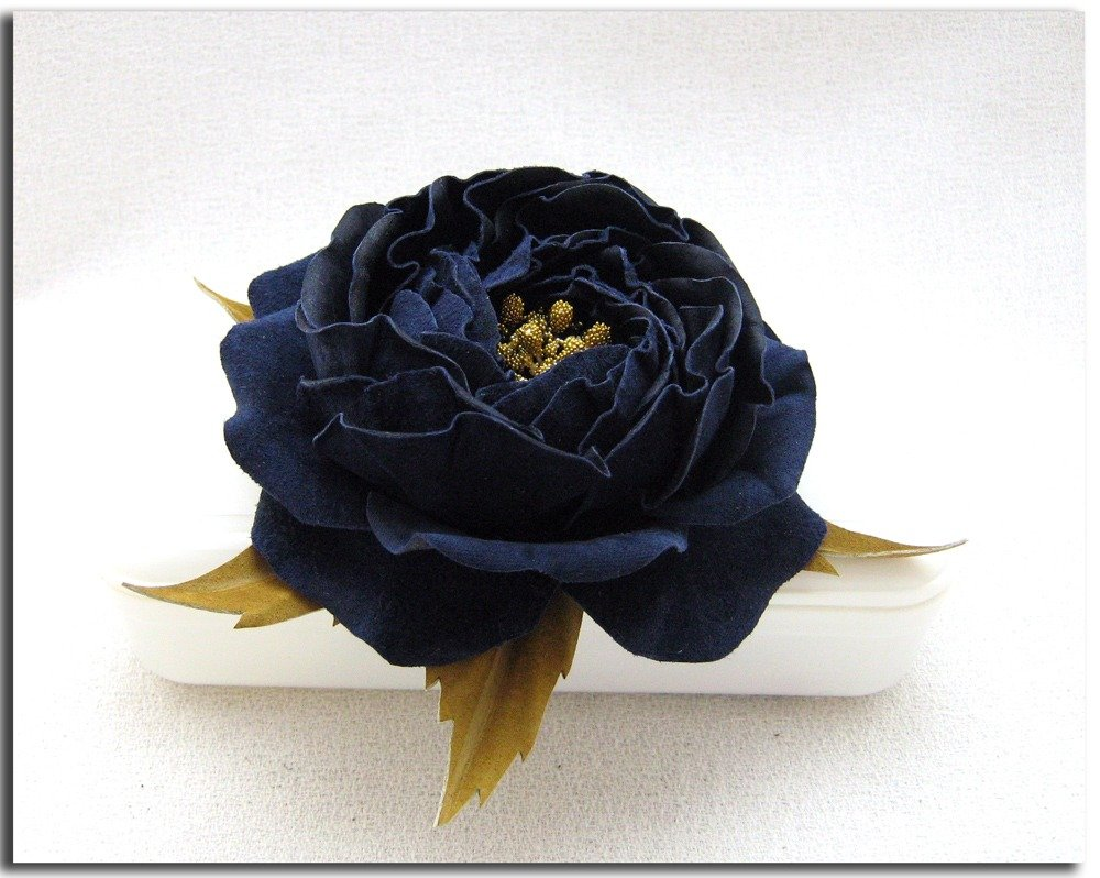 Spilla fiore di pelle. Blu notte.