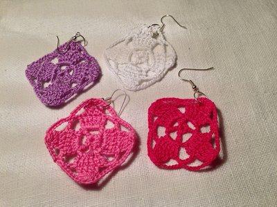 Orecchini rombi lavorati pendenti fatti a mano all'uncinetto in cotone di vari colori moda (gioielli / bijoux)