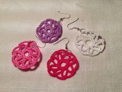Orecchini cerchi margherite fiori flowers pendenti (mod. 1) fatti a mano all'uncinetto in cotone di vari colori moda (gioielli / bijoux)