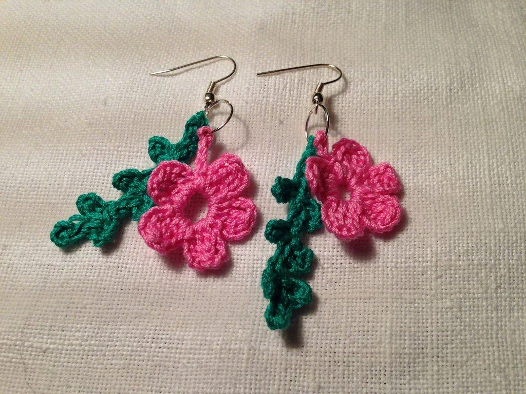 Orecchini fiore fiorellini flowers pendenti 2 pezzi e tonalità fatti a mano all'uncinetto in cotone di vari colori moda (gioielli / bijoux)