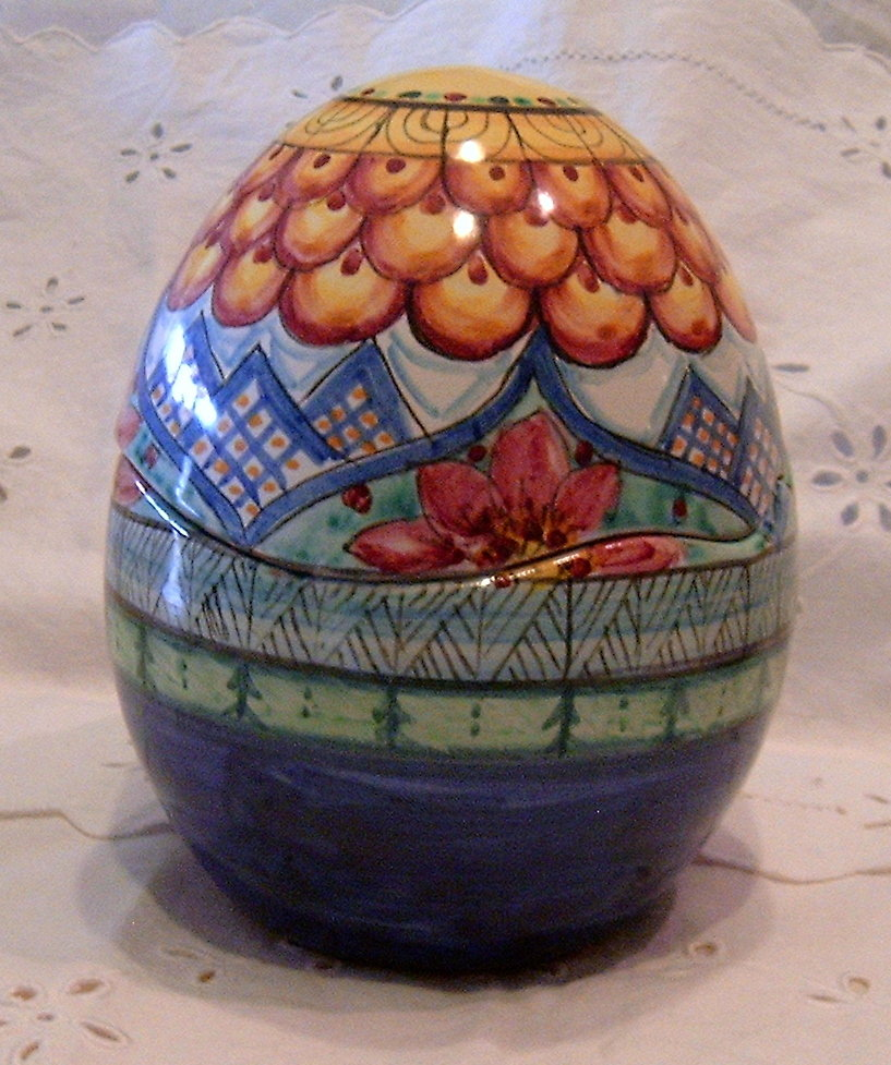 Uovo portabonbon realizzato interamente a mano.Maiolica