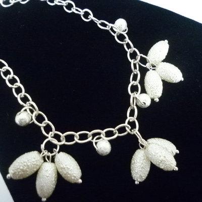 Bracciale catena e perle bianche