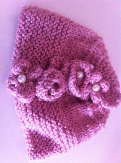 Completo cappellino colletto neonata lavorato ai ferri con fiori