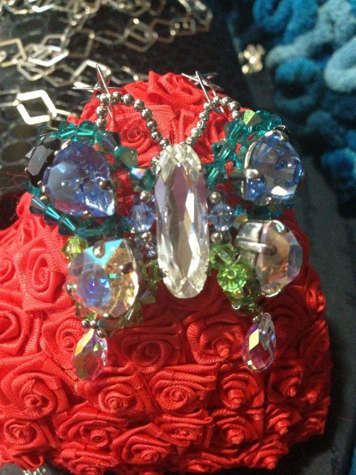 Collana in argento 925 con pendente farfalla in Swarovski tutta interamente cucita a mano nei colori azzurro ,verde,e bianco boreale.