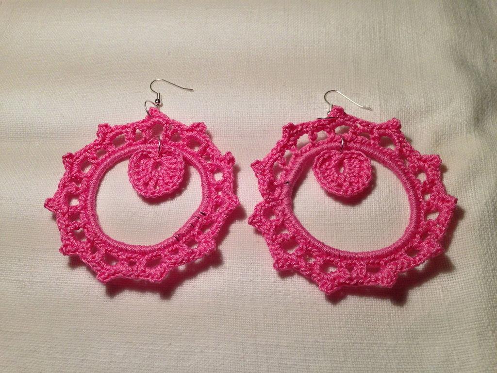 Orecchini anelli cerchi rigidi con cuore cuoricino pendente (mod. 1) fatti a mano all'uncinetto in cotone di vari colori moda (gioielli / bijoux)