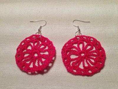 Orecchini cerchi margherite fiori flowers pendenti (mod. 2) fatti a mano all'uncinetto in cotone di vari colori moda (gioielli / bijoux)