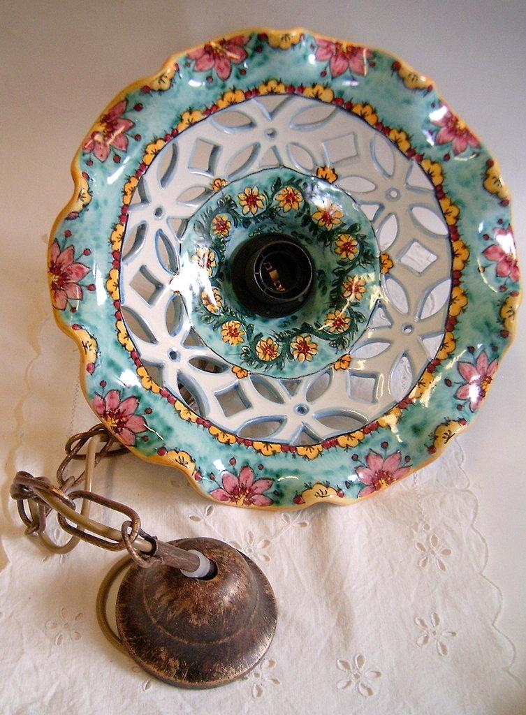 Lampadario in ceramica,foggiato al tornio,traforato e dipinto a mano.Decoro Floris