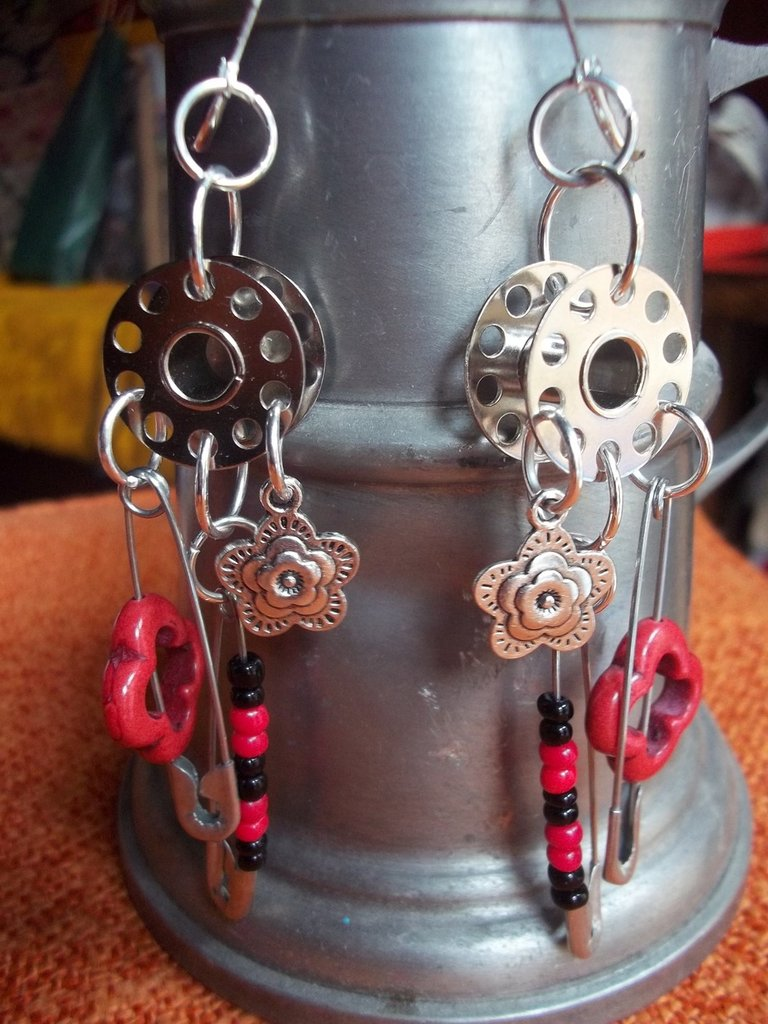 orecchini in metallo e pasta di pietra rossa