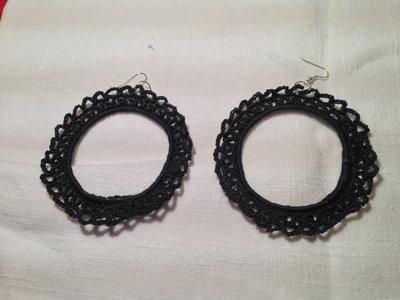 Orecchini anelli cerchi rigidi (mod. 2) fatti a mano all'uncinetto in cotone di vari colori moda (gioielli / bijoux)