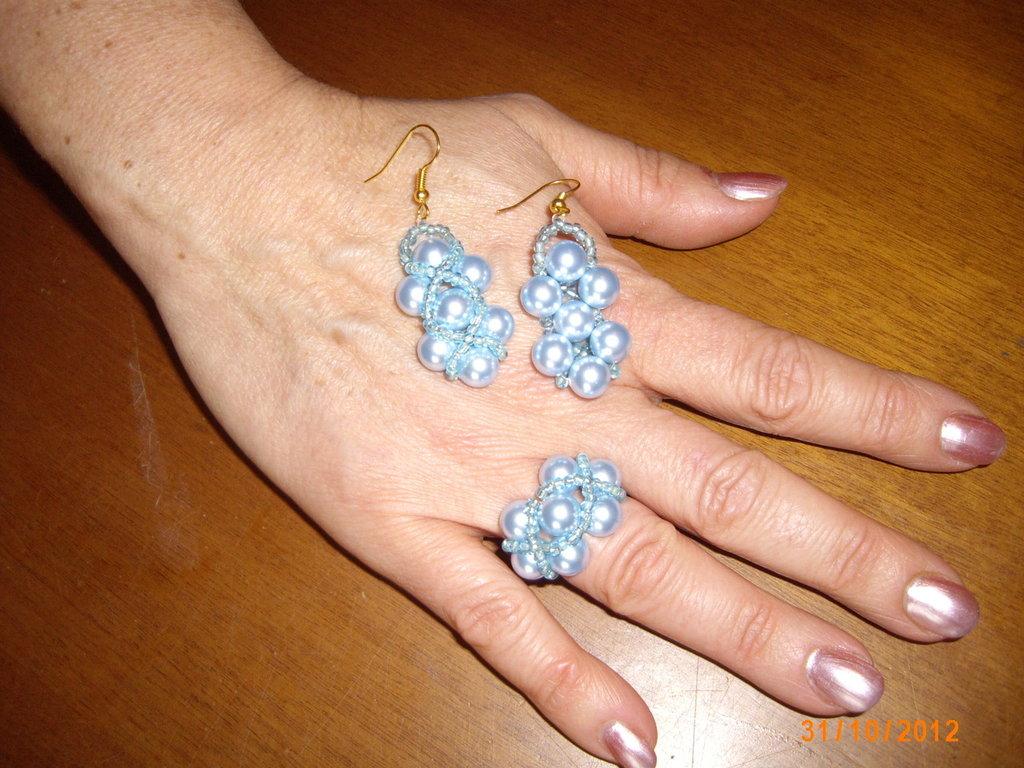 Parure di orecchini ed anello.