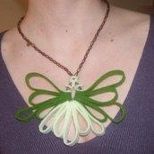 Collana in feltro e perline di legno fatta a mano