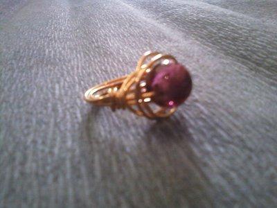 Anello con pietra viola e filo gold plated