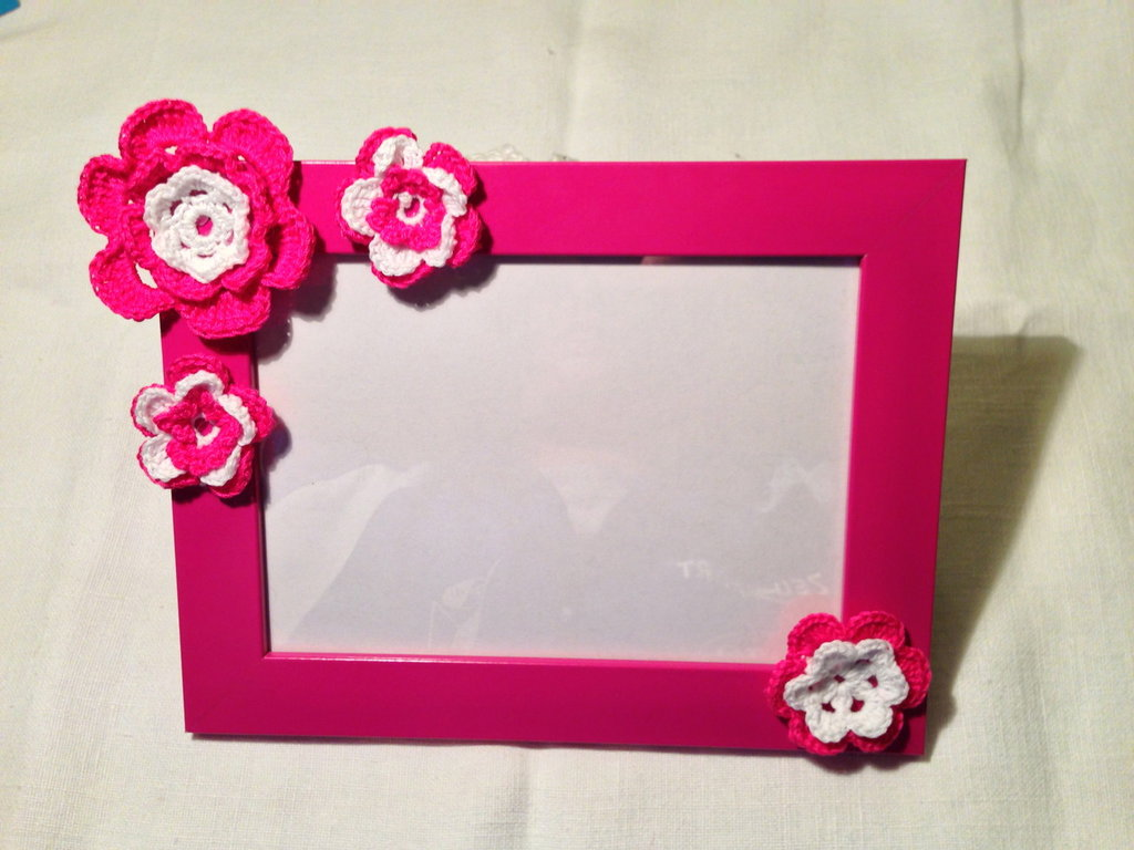 Cornice portafoto rosa bambina con decorazioni fatte a mano all'uncinetto in cotone
