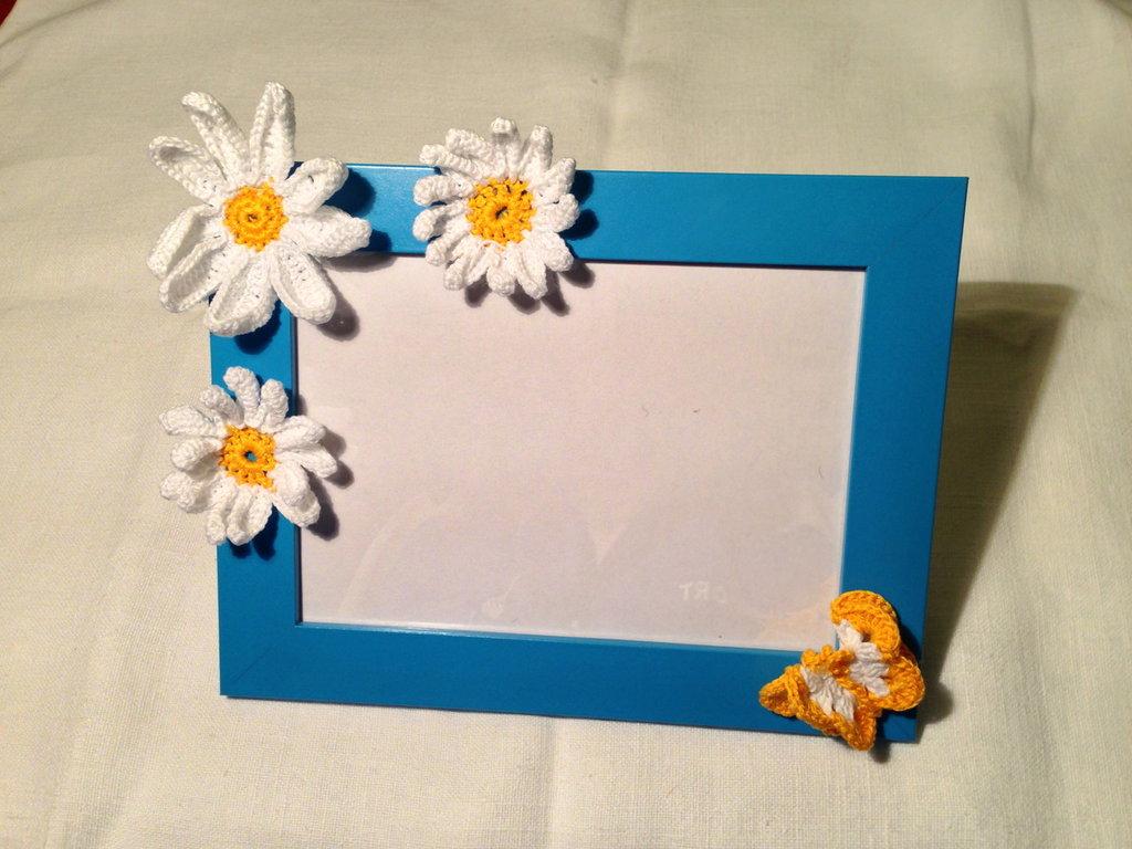 Cornice portafoto azzurra / blu bambino con decorazioni fatte a mano all'uncinetto in cotone