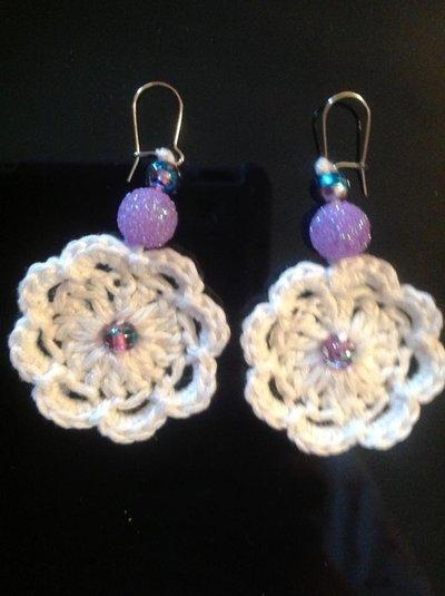 orecchini cotone bianco con perle viola