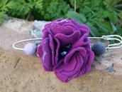 Spillone con fiore in feltro fucsia