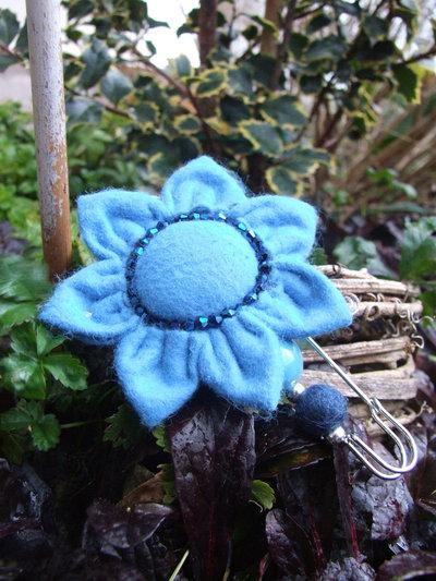 Spillone con margherita azzurra