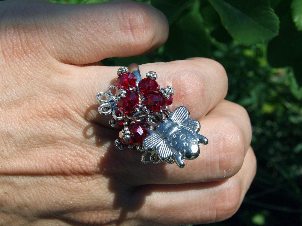 Anello con coccinella e mezzicristalli pendenti rossi
