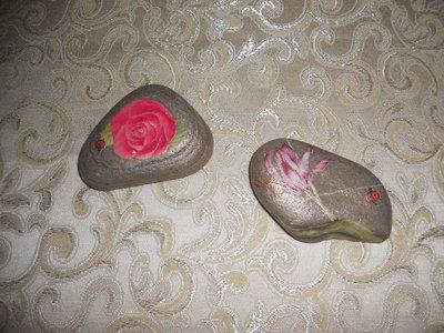 Sassi decorati con fiori