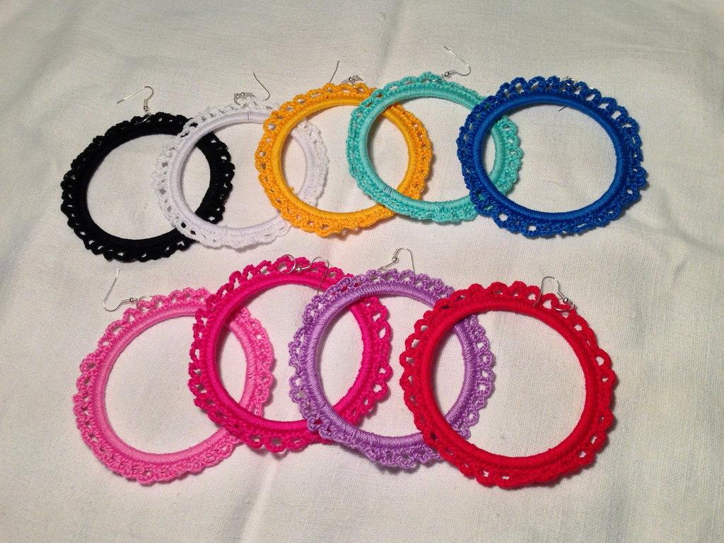 Orecchini anelli cerchi semplici rigidi grandi 7 cm fatti a mano all'uncinetto in cotone di vari colori moda (gioielli / bijoux)