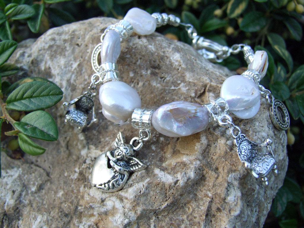 Bracciale con perle di fiume e charms