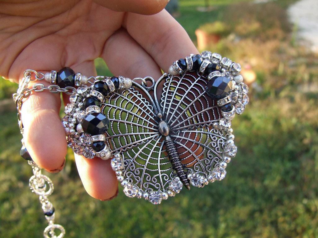 Collana con farfalla in filigrana e cristalli blu
