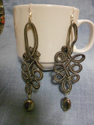 Orecchini grigi con passamaneria con perle