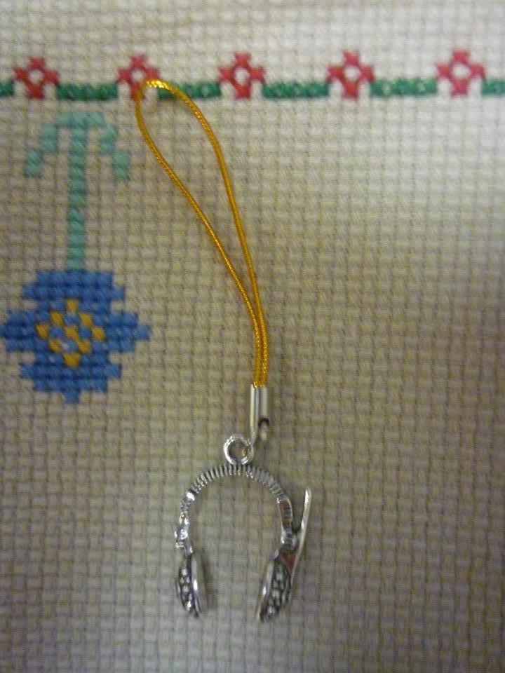 Pendente giallo cellulare con cuffia in metallo color argento