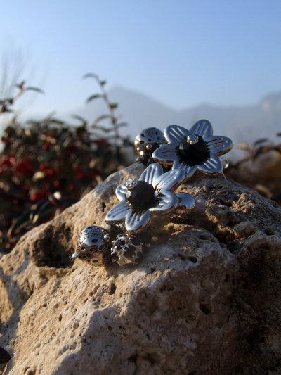 Orecchini con fiori con mezzicristalli neri