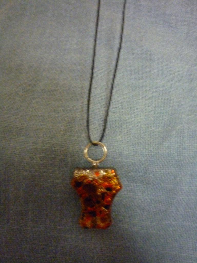 Collana in cordoncino con pendente in vetro di Murano
